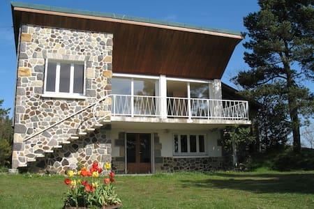 Gîte BEAU SITE - maison indépendante face au Lac. - Aydat - บ้าน