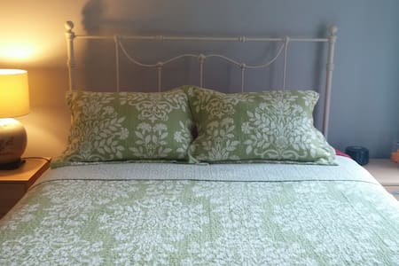 Private Room with Easy Access to DC - Arlington - Apartment