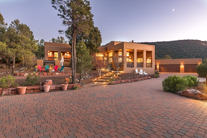 Pegasus Ranch> Escape city life and disconnect! 3 acre estate w/ hot tub, walking distance to hiking trails!