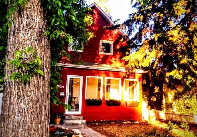 The Ruby Retreat, Whole House  + Breakfast + Sauna