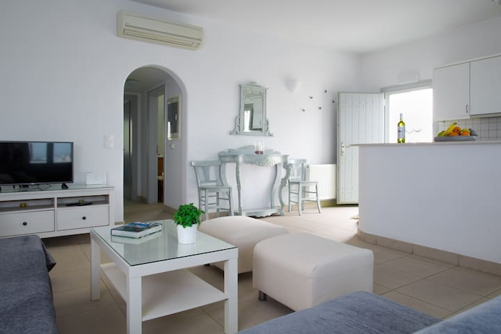 Family apartment,8 min walk to Fira+parking!