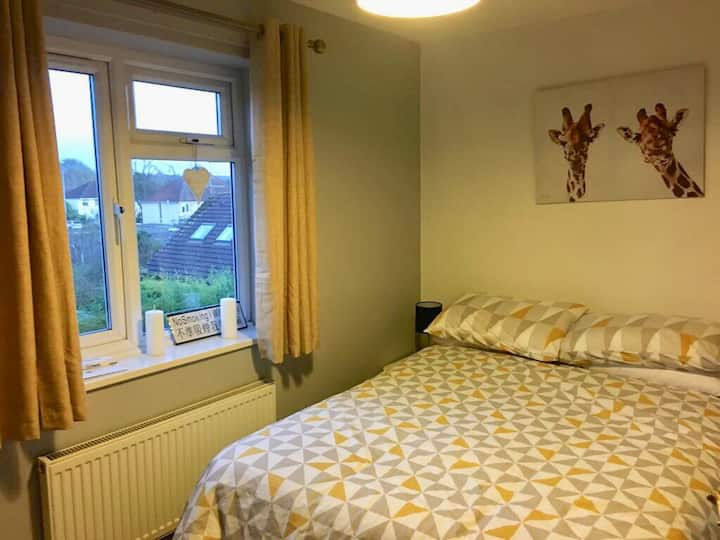 Sunny double room with free street parking