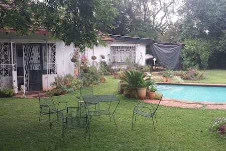 Comfortable family home with beautiful garden - Harare