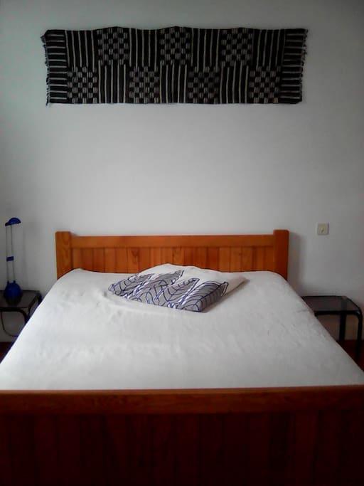 Chambre de 16 m2 lumineuse, donnant sur rue et jardin. Lit double, bureau, fauteuil, rangements. Possibilité lit bébé.