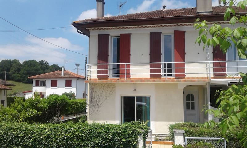 Maison très bien équipée, terrasse et jardin clos - Sauveterre-de-Béarn - Rumah