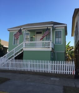 3 Bedrooms only 500 feet from the Ocean/Seawall. - Galveston