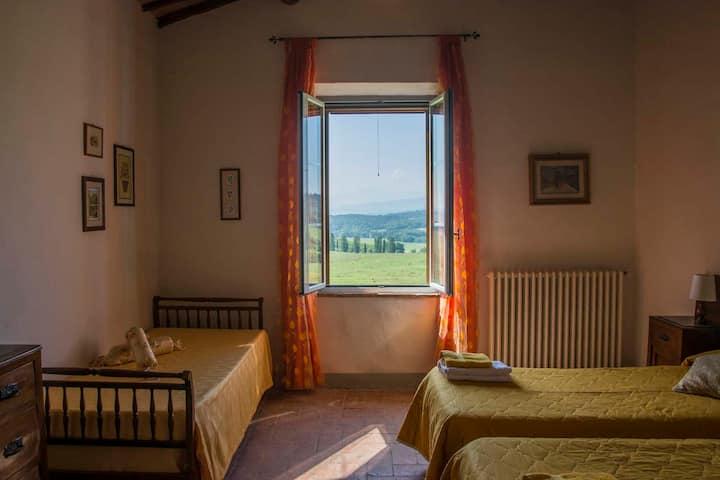 la finestra sulle colline Toscane