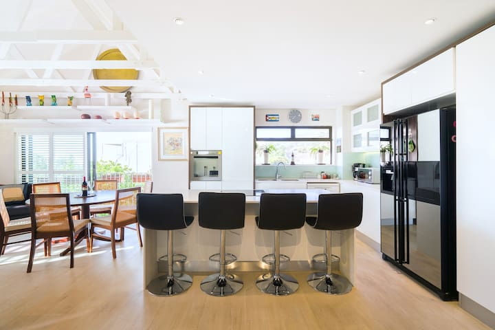 Stylish  Apartment Close to Campsbay Beach