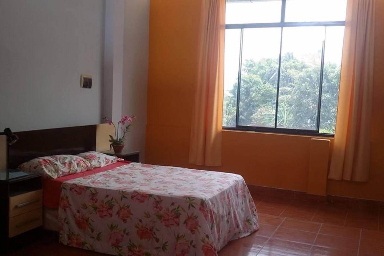 habitación, fresca con vista a las montañas de la ciudad, con cama matrimonial y closet