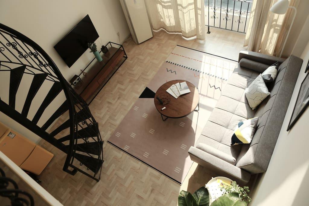 从LOFT的二楼看下去的客厅。两用设计款沙发,可以轻松变为两人沙发床。