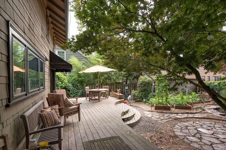 Cozy Room in Peaceful NE PDX Urban Farm Sanctuary