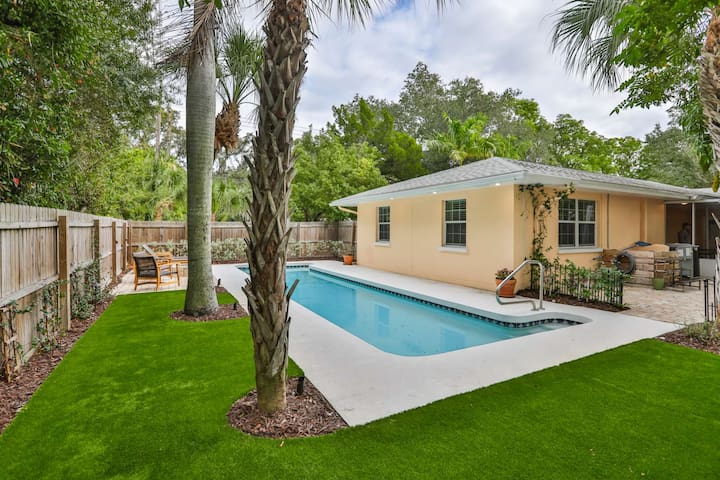 10% off Spring and Summer Special New To Market ! Private Pool, WIFI, Outdoor Seating, Grill, Close to Beaches and downtown Sarasota.