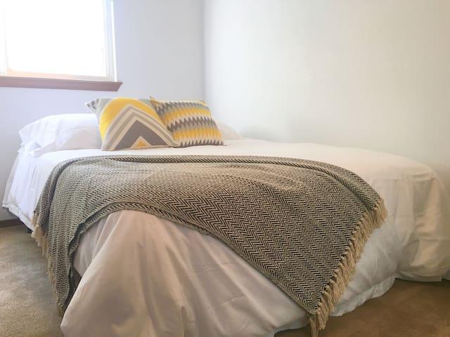 Bright private bedroom  in Everett