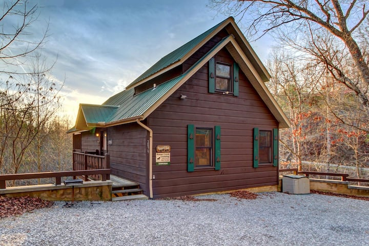 Cozy, dog-friendly cabin w/ private hot tub – great romantic getaway!