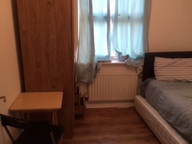 Small room 20 minutes by train to central london 2