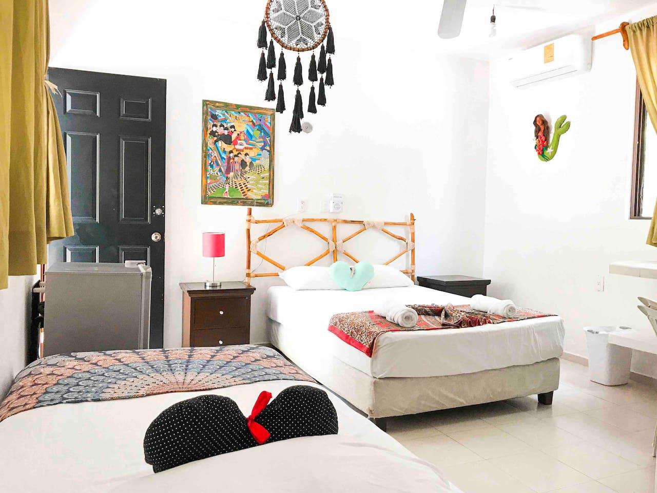 Recamara para 3 (1 Cama matrimonial y 1 Individual) en planta baja, con Aire Acondicionado, cocineta, refri y Baño privado.