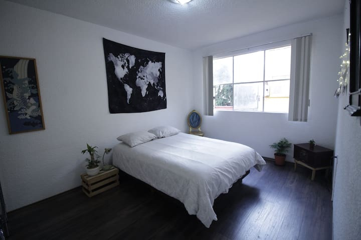 Cute Room in Centrally-located Bohemian Apartment