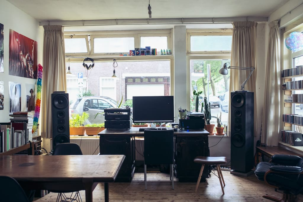 Living room with a really fantastic sounds system and plenty cd's and vinyl.