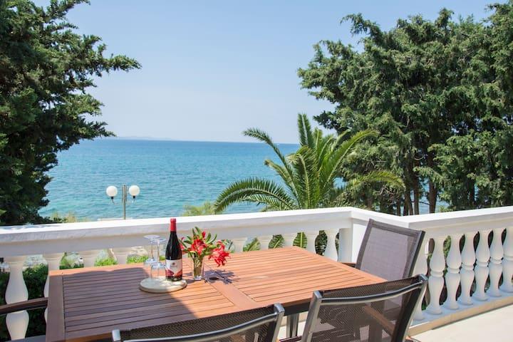 Apartment Vesna directly at the sea