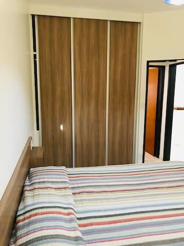 Quarto do flat com cama e armário reformados