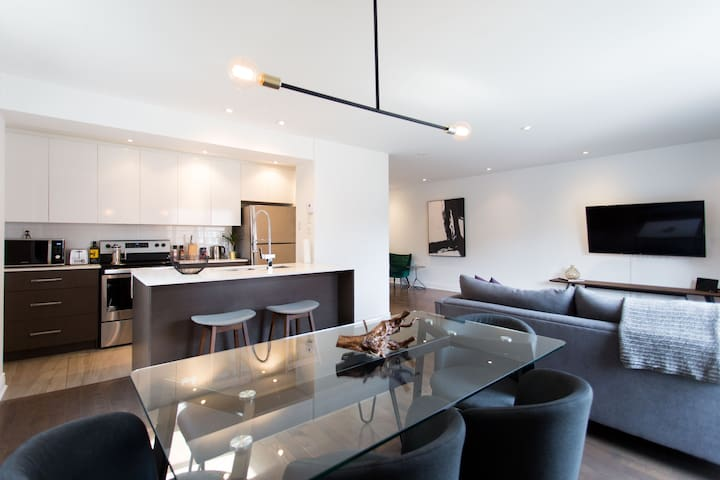 Extravagant 2 Bedroom with Balcony and Parking