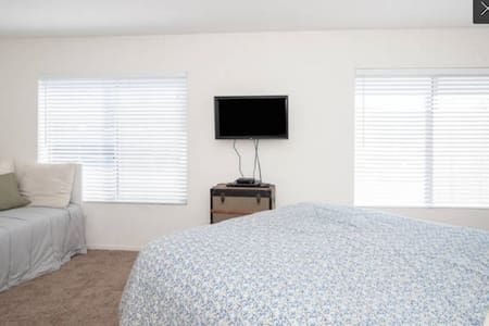 Spacious Private Room w/ Queen Bed by the Beach! - San Diego