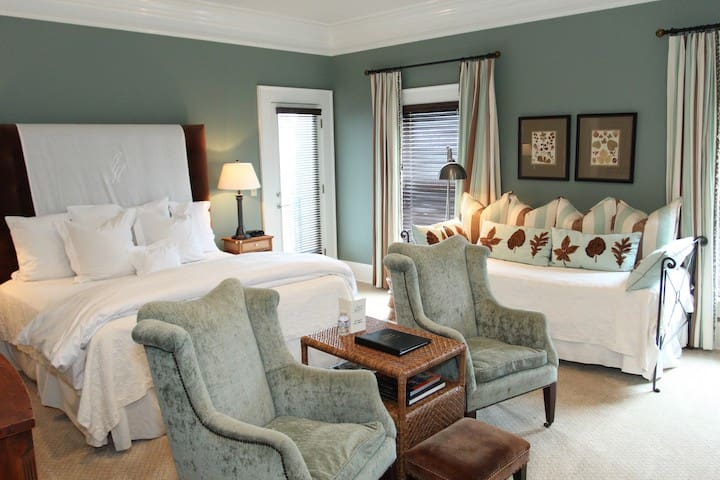 The James Madison Inn - Luxury King & Daybed - Market Side