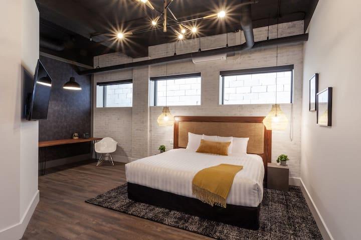 Luxurious Woodfield Hotel Loft - Spoil Yourself!