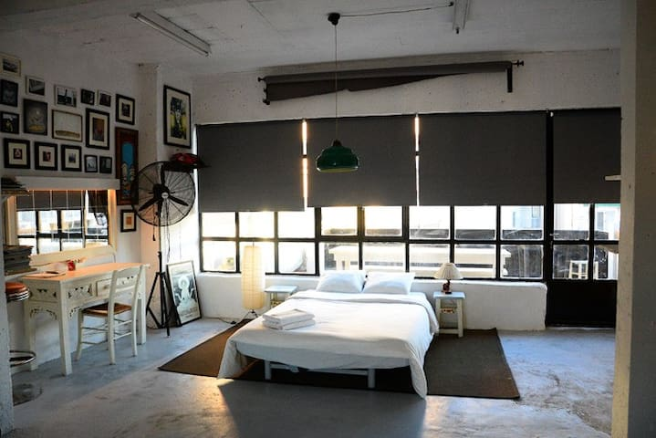 Vintage-Light studio, in lively Gkazi - Athina - Apartemen