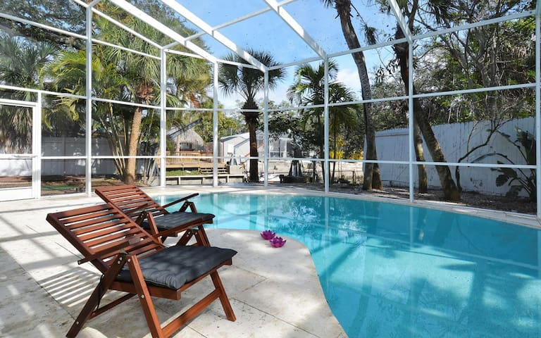 Siesta Key ★ Relax by the Pool ★ Walk to the beach