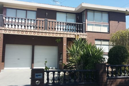Spacious 2 storey house with views - Bell Post Hill