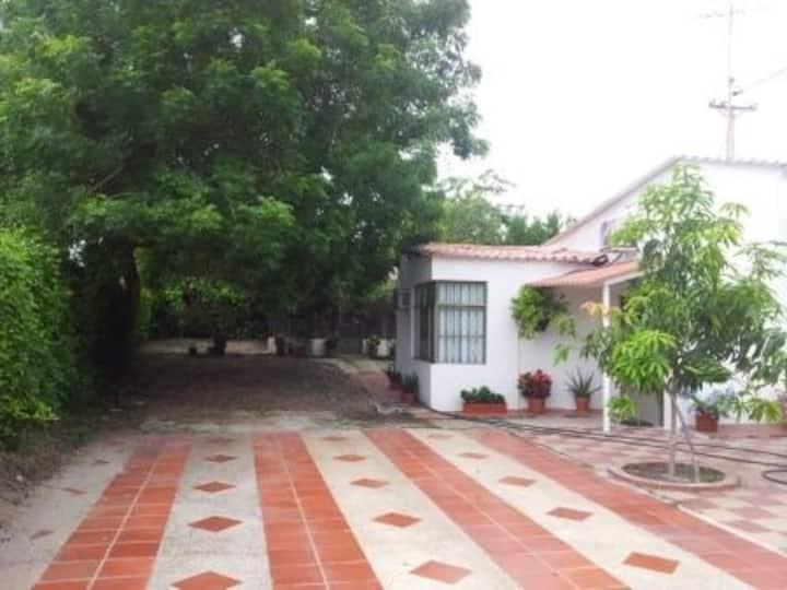 Acogedora Casa exclusivo condominio vía Girardot