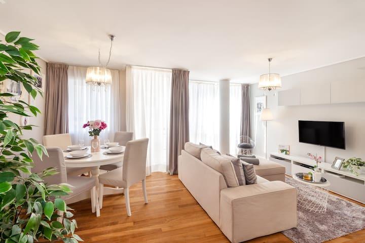 Um ótimo espaço de estar e de refeição para aproveitar com a sua companhia. | A dinning and living room to enjoy with your beloved ones.