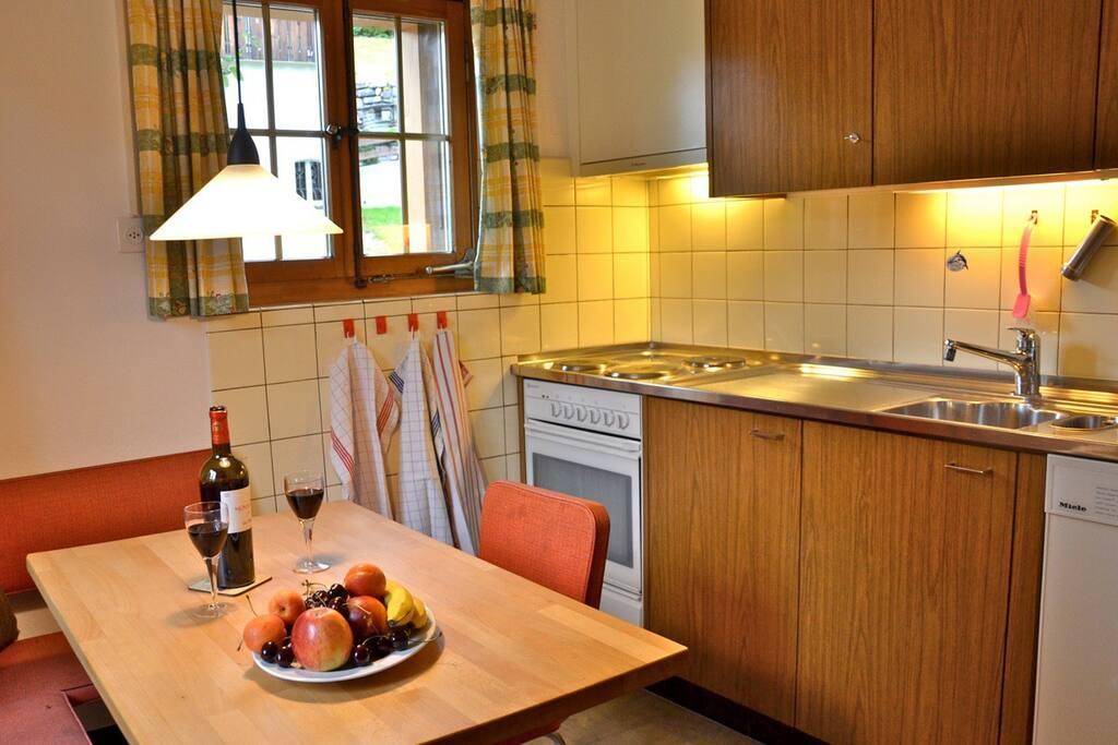 kleine Küche mit Essecke