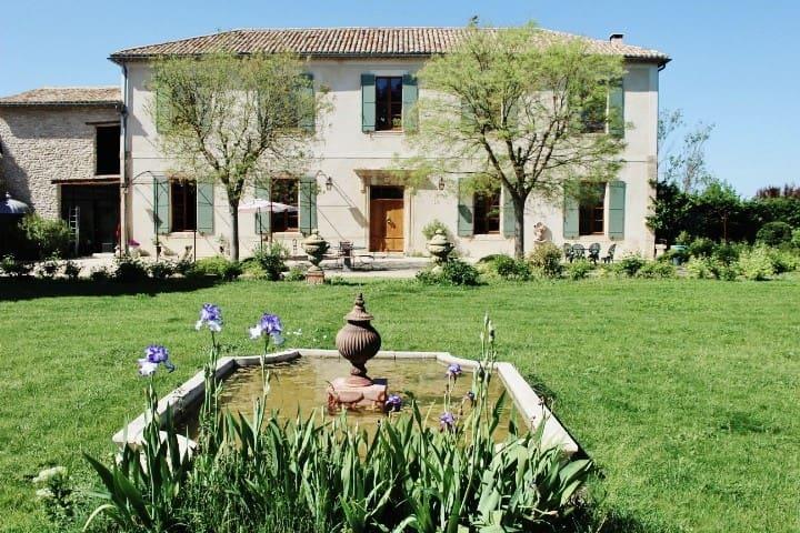 Chambre privée unique dans bastide provençale XIXe