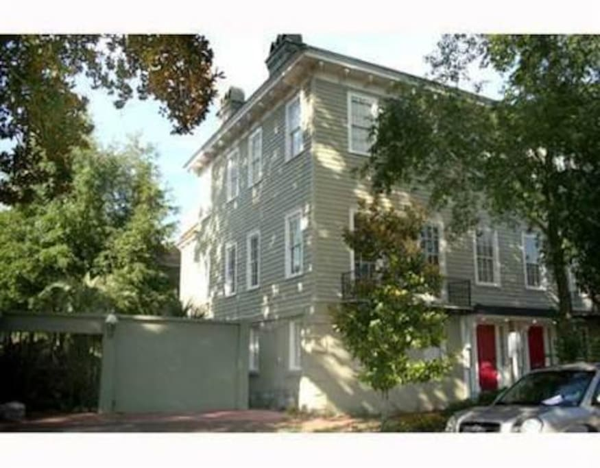 Victorian Townhouse with street parking, stones throw from Forsyth Park