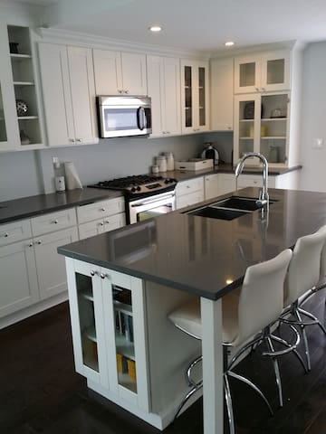Remodeled 2 bd between beach & town.No car needed.