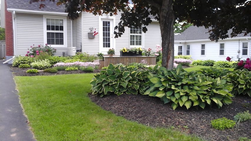 Jane's Garden, conveniently situated, comfortable. - Charlottetown - Talo
