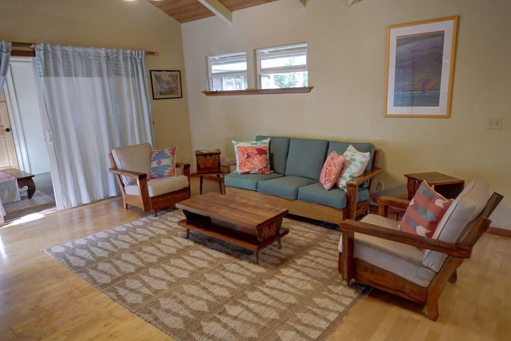 Cute, vintage Hawaiian living room!