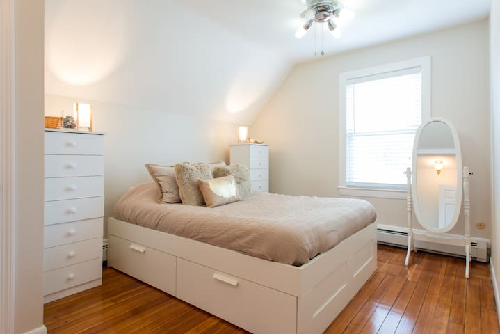 Beautiful room, quiet street 1 mile from the ocean - Swampscott - House