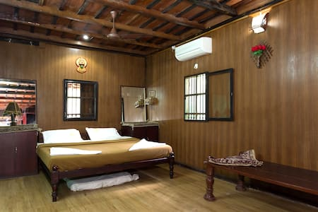 Canal facing Family Heritage room - Vadakkemuri - Bed & Breakfast