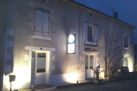 maison de campagne et pizzeria  au calme - Prissé-la-Charrière - Hus