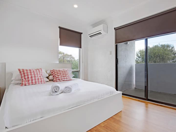 Adelaide Holiday Home Three-Bedroom