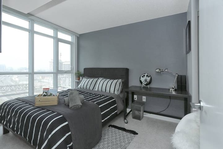 City Lovers Condo in the Entertainment District