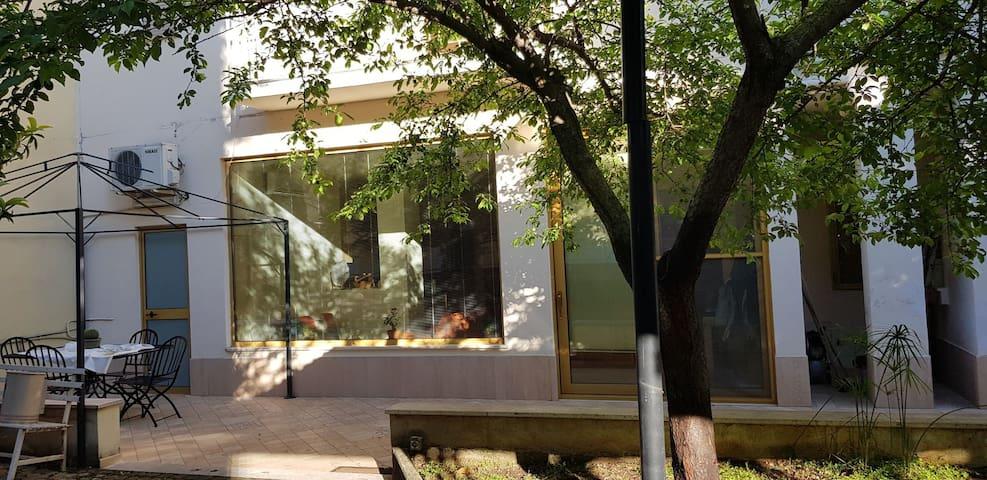 Monolocale indipendente con giardino e posto auto