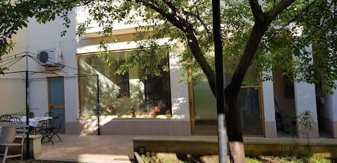Monolocale climatizzato, con giardino e posto auto