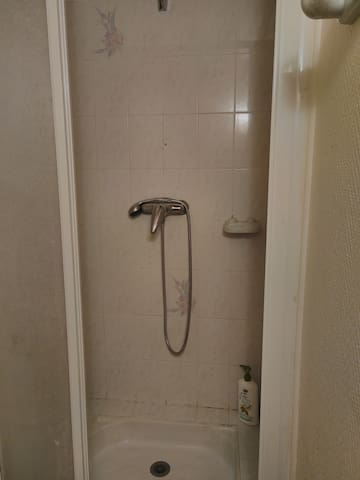 Douche eau chaude, savon mis a disposition et WC séparés.  Shower, hot water and soap for you to use. Toilets in a separate room.