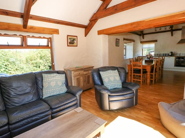 STABLE COTTAGE, pet friendly, with hot tub in Efailwen, Ref 973755