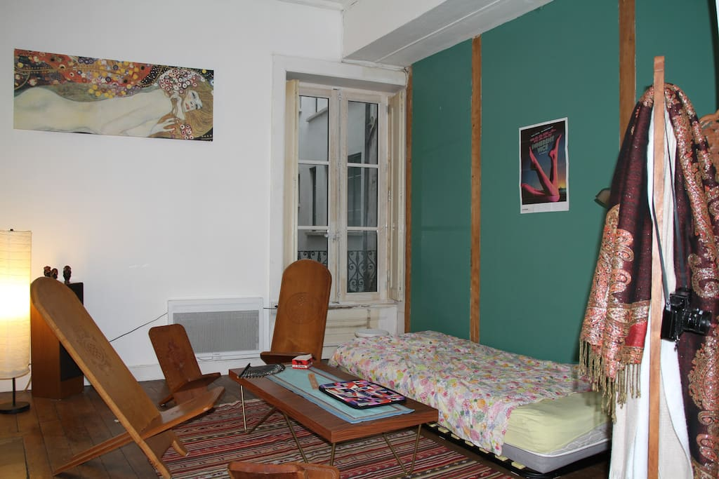 Salon avec lit simple/canapé / Living room with a single bed/couch