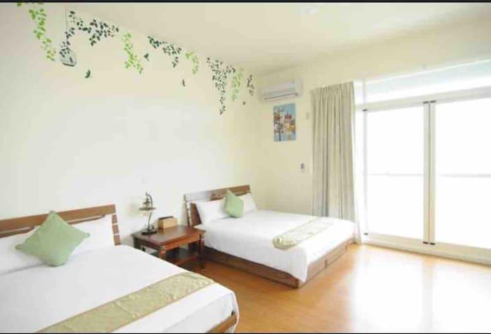 二張標準雙人床 木地板 大片落地窗 有陽台 明亮乾淨舒適